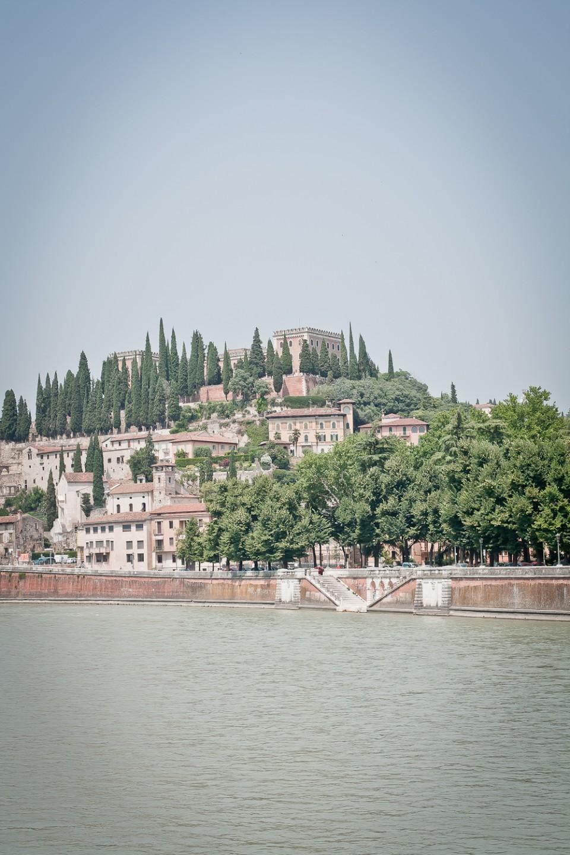 Über die Etsch präsentiert sich außerhalb des Zentrums oberhalb eines antiken römischen Theaters das Castel San Pietro.