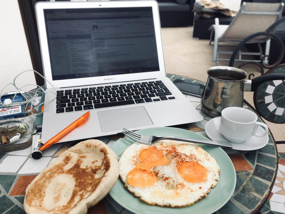 Frühstück bei der Arbeit