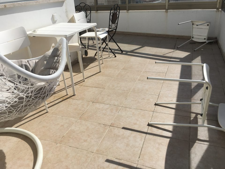 Umgefallene Stühle auf der Terrasse